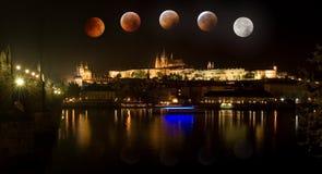Castello di Praga in repubblica Ceca con l'eclissi totale della luna fotografie stock