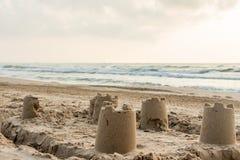 Castello di sabbia su una spiaggia mediterranea Fotografia Stock