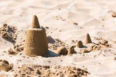 Castello di sabbia sulla sabbia di una spiaggia Immagini Stock Libere da Diritti