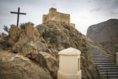 Castello di Santa Barbara Ayala e via il calvario di Crucis nella città di Cox, Alicante, Spagna fotografie stock libere da diritti