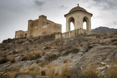 Castello di Santa Barbara Ayala ed il tempio del calvario trasversale nella città di Cox, Alicante, Spagna immagine stock libera da diritti