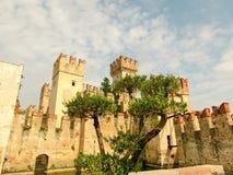 Castello di Scaliger in Sirmione sulla polizia del lago Fotografia Stock