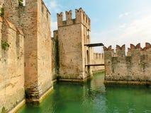 Castello di Scaliger in Sirmione sulla polizia del lago Immagini Stock Libere da Diritti