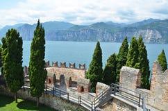 Castello di Scaligero dal lago garda, Italia Fotografie Stock Libere da Diritti