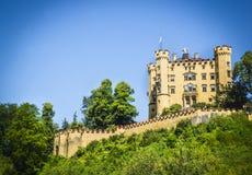 Castello di Schwanstein in Germania sullo sfondo naturale del cielo blu fotografie stock