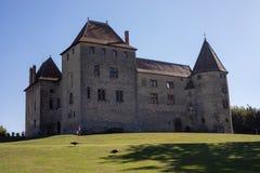 CASTELLO di SEPTEME, FRANCIA - 9 settembre 2018: Castello di Septeme con il suo proprietario e due pavoni fotografia stock libera da diritti