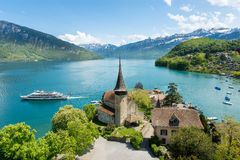 Castello di Spiez con la nave da crociera sul lago Thun a Berna, Svizzera Immagine Stock
