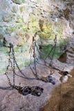 CASTELLO DI SPISSKY, SLOVACCHIA - 19 LUGLIO 2014: I ferri dalla prigione sotterranea il castello Fotografia Stock