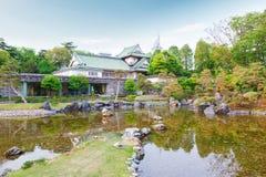 Castello di Toyama con il bello giardino e riflessione in acqua Fotografie Stock