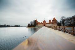 Castello di Trakai in Lituania, panorama con il lago fotografia stock libera da diritti