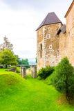 Castello di Transferrina La costruzione medievale storica con il parco intorno Vecchia fortezza della Slovenia nel centro della c fotografia stock