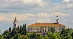 Castello di Udine e dell'angelo dorato sul campanile Fotografia Stock Libera da Diritti