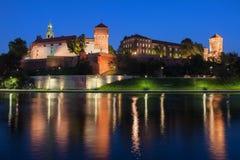 Castello di Wawel alla notte a Cracovia fotografia stock