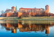 Castello di Wawel alle sponde del fiume di Vistola nella vecchia città Polonia di Cracovia immagini stock
