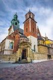 Castello di Wawel e punto di riferimento famoso della cattedrale a Cracovia fotografie stock libere da diritti
