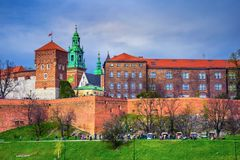 Castello di Wawel e punto di riferimento famoso della cattedrale a Cracovia fotografia stock