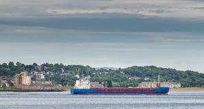 Castello Dundee di Broughty & nave di passaggio Fotografia Stock Libera da Diritti