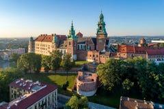 Castello e cattedrale di Wawel a Cracovia, Polonia Vista aerea al sole fotografia stock libera da diritti