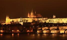 Castello e Charles Bridge di Praga Immagine Stock Libera da Diritti