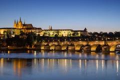 Castello e Charles Bridge di Praga a Praga al crepuscolo immagine stock libera da diritti