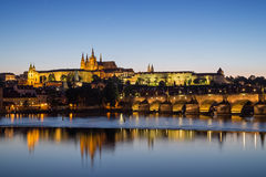 Castello e Charles Bridge di Praga a Praga al crepuscolo fotografia stock