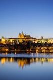 Castello e Charles Bridge di Praga a Praga al crepuscolo fotografie stock