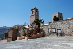 Castello e chiesa, Alora, Spagna. Immagine Stock