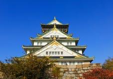 Castello e cielo blu di Osaka nel Giappone Fotografia Stock Libera da Diritti