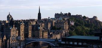 Castello e citycsape di Edinburgh al crepuscolo Fotografia Stock