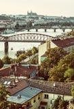 Castello e fiume la Moldava con i ponti, Praga, retro filtro Fotografia Stock