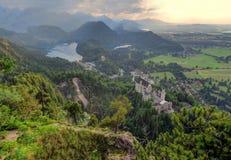 Castello e Hohenschwangau del Neuschwanstein al tramonto Immagini Stock