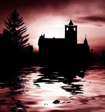 Castello e lago spaventosi Fotografia Stock