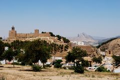 Castello e montagna, Antequera, Spagna. Immagini Stock