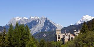 Castello e panorama alpino Immagine Stock Libera da Diritti