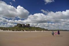 Castello e spiaggia di Bamburgh fotografia stock