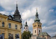 Castello e torri della città sul quadrato in Banska Bystrica, Slovacchia fotografia stock libera da diritti