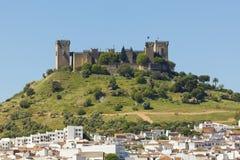 Castello e villaggio al del Rio, Spagna di Almodovar Fotografie Stock