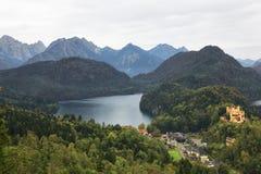 Castello e villaggio di Hohenschwangau nel lago Alpsee Fotografia Stock Libera da Diritti