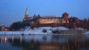 Castello ed il Vistola di Wawel a Cracovia nella notte di inverno video d archivio