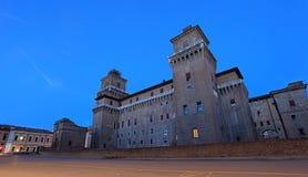 Castello Estense slott på twighlighttid royaltyfri bild