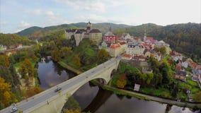 Castello europeo reale, residenza reale di signore, antenna di caduta di autunno stock footage