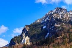 Castello famoso del Neuschwanstein nelle montagne e negli alberi delle alpi del fondo Fussen, Baviera, Germania Fotografie Stock Libere da Diritti