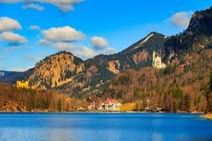Castello famoso del Neuschwanstein nelle montagne e negli alberi delle alpi del fondo Fussen, Baviera, Germania Immagine Stock Libera da Diritti