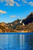 Castello famoso del Neuschwanstein nelle montagne e negli alberi delle alpi del fondo Fussen, Baviera, Germania Fotografia Stock