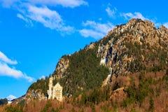 Castello famoso del Neuschwanstein nelle montagne e negli alberi delle alpi del fondo Fussen, Baviera, Germania Immagini Stock Libere da Diritti