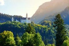 Castello famoso del Neuschwanstein, palazzo romanico del XIX secolo di rinascita su una collina irregolare sopra il villaggio di  Fotografie Stock