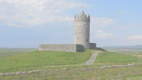 Castello famoso di Doonagore in contea Clare sull'itinerario atlantico selvaggio di modo, in Irlanda Europa archivi video