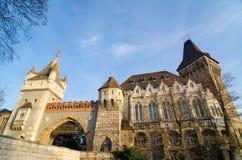 Castello famoso di Vajdahunyad dell'attrazione turistica, anche conosciuto come il castello di Dracular Immagini Stock