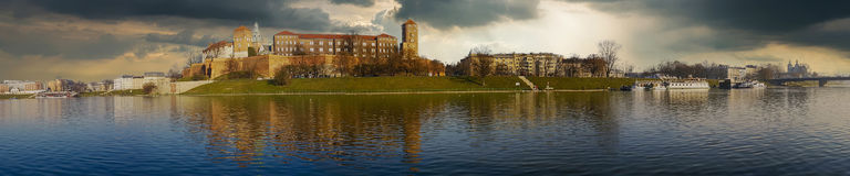 Castello famoso di Wawel del punto di riferimento visto dalla Vistola immagini stock