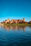 Castello famoso di Wawel del punto di riferimento visto dalla Vistola Immagini Stock Libere da Diritti